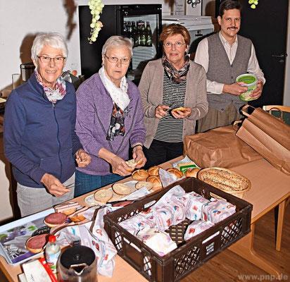 Mit Brotzeit-Stangerln sorgten (v.l.) Helga Hörner, Emma Berger und Renate Huber für die Pausen-Verköstigung