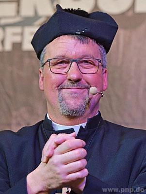 Doch leider mimt er den Spielverderber: Rudi Grömer als Pockings Stadtpfarrer Christian Thiel, der die beiden beim Bischof verpetzt.
