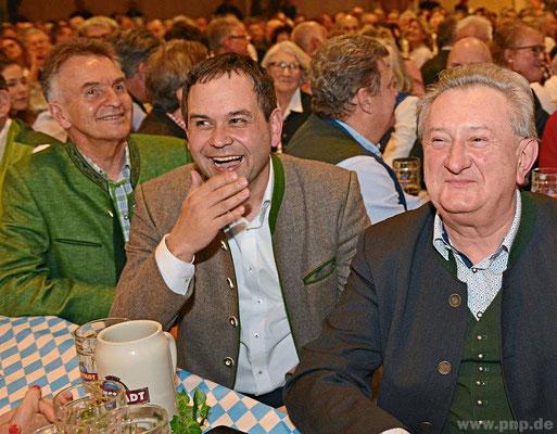 Amüsierten sich prächtig: MdL Walter Taubeneder (v.l.), stv. Landrat Raimund Kneidinger und Landrat Franz Meyer.