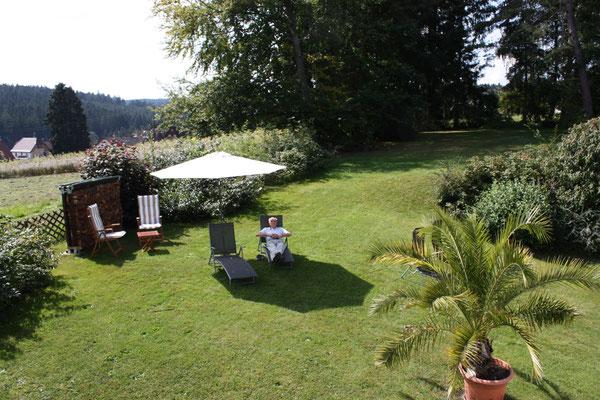 Die idyllische Liegewiese im Garten