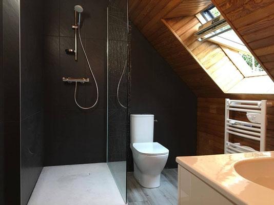 Salle de bain clés en main moderne réalisée par nos plombiers à Le Rheu avec douche ouverte