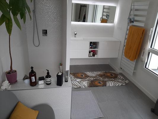 Rénovation d'une grande salle de bains haut de gamme, meuble sur mesure Kryon solid surface douche encastrée par nos experts plombiers à Rennes