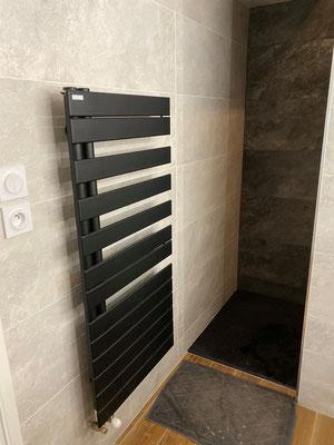Salles de bains intégrale réalisée par nos plombiers à Rennes et sèche serviettes laqué noir mat
