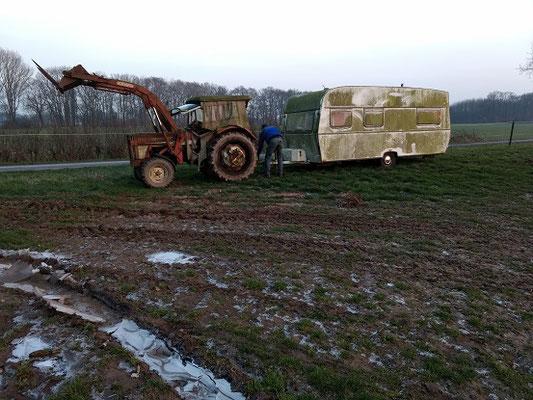 Zuerst musste der alte Wohnwagen seinen Platz räumen und auf die Südweide umziehen.