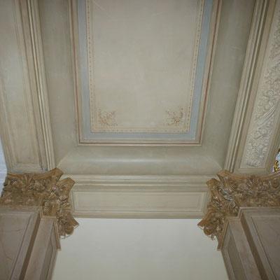 Freigelegte und retuschierte Stuckdecke und Pilaster