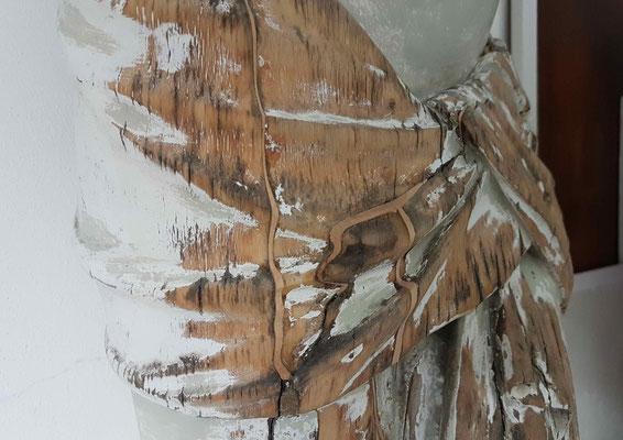 Verleimte Risse mit artgleichem Holz bildhauerisch ergänzt