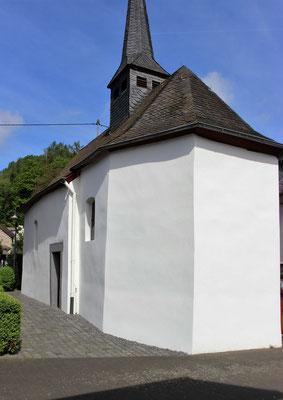 Neuer Fassadenanstrich nach Sockelputzsanierung 2015 mit Silikatfarbe
