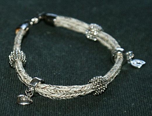 Ein zweistrangiges Armband mit 5 Beads verziert. Elegant durch seine Schlichtheit.
