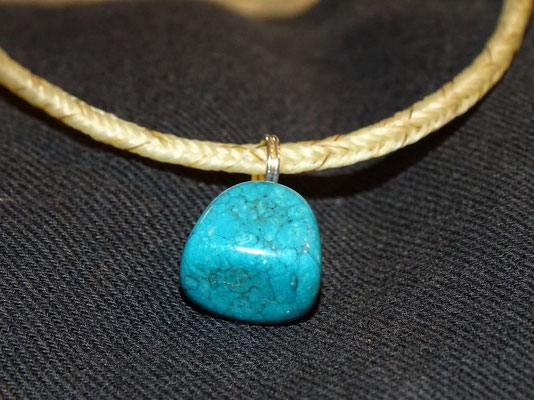 Der türkise Stein ist schön gemustert.