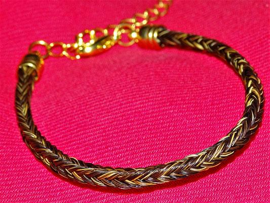 Ein schlichtes einstrangiges Armband, wo die Farben der Haare schön zur Geltung kommen.