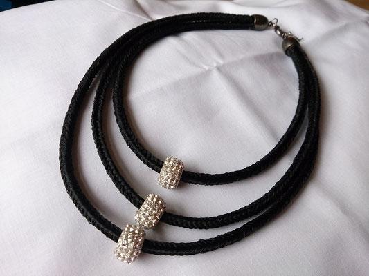 Die dreistrangige Halskette mit drei Glitzerbeads.