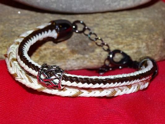 Ein Armband vereint die Haare von einem verstorbenen und einem lebenden Liebling.