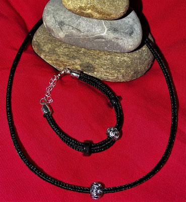Ein Set bestehend aus Halskette und Armband. Geschmückt mit zwei schönen Beads.