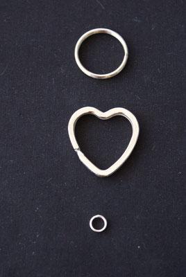 Der Herzschlüsselring zeigt die Liebe zum Pferd, der einfache Ring ist weniger auffallend und der kleine Ring eignet sich um an einen bestehenden Anhänger anzubringen.
