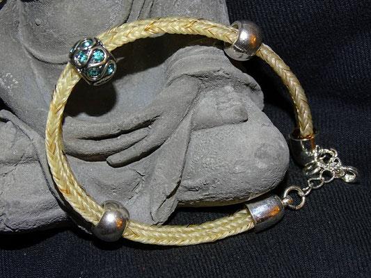 Schöne helle Haare zu einem einfachen Arbmand verarbeitet mit einem passenden türkisen Bead.