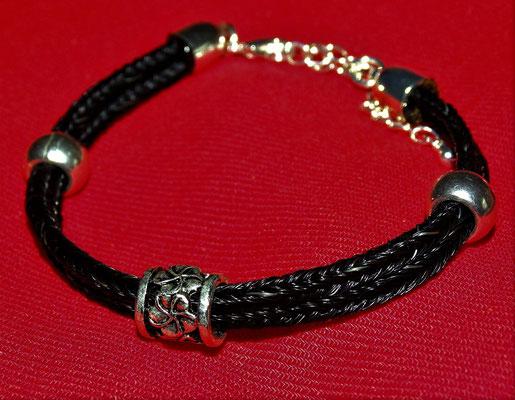 Das doppelstrangige Armband erinnert mich durch sein Kleeblatt immer an Ireland.