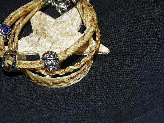 Bei diesem dreistrangigen Armband wurde jeder Strang mit einer anderen Technik geflochten. Verziert wurde es mit mehreren Beads.