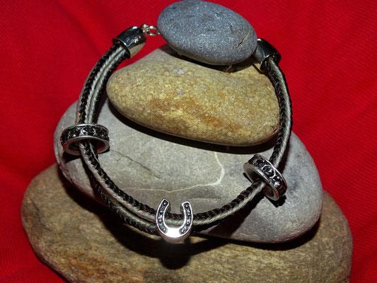 Ein weiteres doppelstrangiges Armband aus den Haaren der zwei Pferde.
