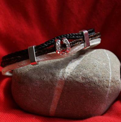 Dreistrangiges Armband aus den Haaren von 3 Pferden. Verziert mit einem Hufeisen- Bead und zwei seitlichen Elementen, um das Hufeisen an Ort zu halten.
