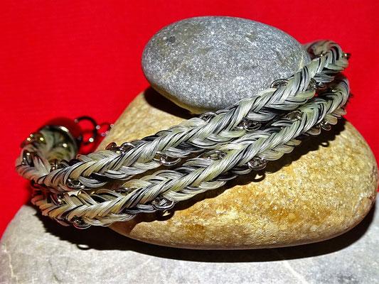 Ein doppeltes Armband mit eingeflochtener Kette mit Haaren von einem Schimmel