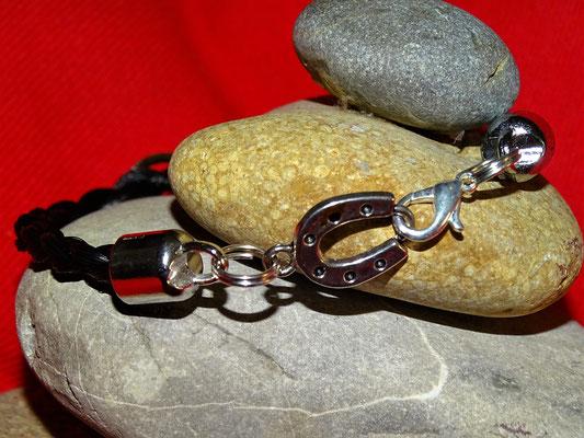 Der Verschluss eines einstrangigen Armbandes als Hufeisen gestaltet. Der Verschluss wirkt dekorativ ohne weitere Schmuckelemente.