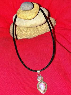 Eine einstrangige Halskette mit einem schönen Mondsteinanhänger.