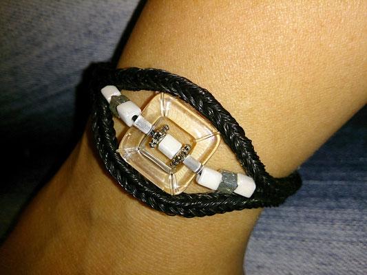Doppeltes Armband paralell gelegt und in der Mitte eine Verzierung mit Perlen.