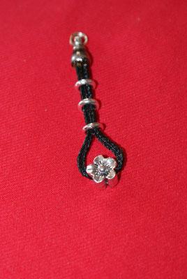Aus einem kurzen Restgeflecht ist ein eleganter Anhänger für den Schlüssel oder an einer Kette geworden.