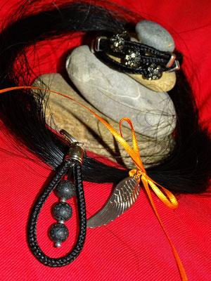 Ein Set bestehend aus Armband, Schlüsselanhänger und den restlichen Haaren.