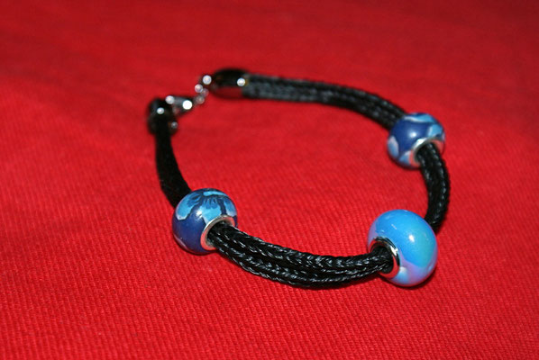 Ein doppelstrangiges Armband in Blau.