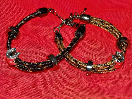 Zwei gute Freundinnen wünschten sich Armbänder, die sie verbinden. So wurde für jede Freundin ein Armband aus den Haaren ihres Lieblingspferdes erstellt, welches zudem zwei Strähnen des Pferdes der anderen Freundin enthielt.