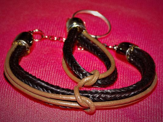 Ein zweistrangiges Armband mit Lederbändern und ein Schlüsselanhänger mit Lederband und Knoten.