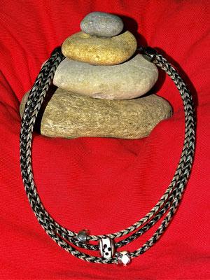 Die dreistrangige Kette wurde aus Haaren aus meinem Fundus hergestellt. Drei verschiedene Beads in den gleichen Farbtönen zieren die Kette.