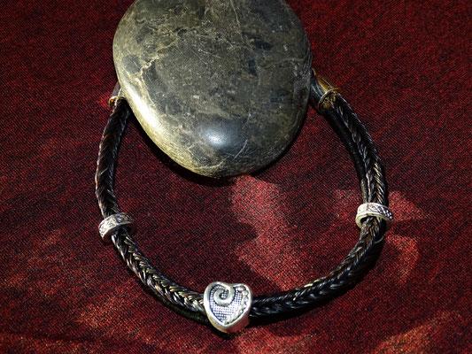 Ein zweistrangiges Armband mit schlichtem Herz, als Erinnerung an seinen Liebling.