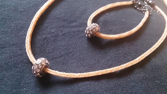 Halskette mit gleichem Armband mit gleichem Bead.