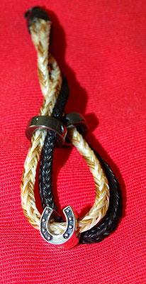 Die Haare von zwei Pferden wurden hier zu einem Schlüsselanhänger verabeitet. So sind beide Pferde immer dabei.