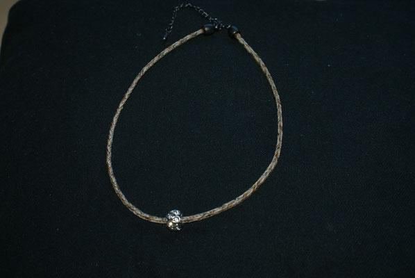 Eine einstrangige Halskette mit einem Tropfenbead.