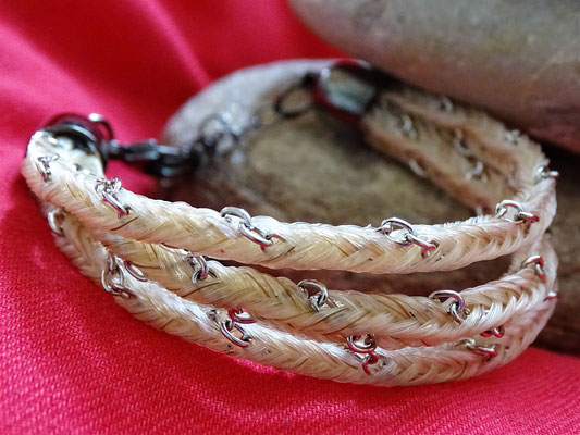 Ein dreistrangiges Armband mit Silberkettchen. Schlicht und elegant.