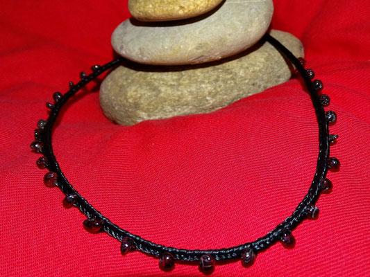 Bei dieser Halskette wurde gewünscht, dass ich die kleinen Steine einarbeite.