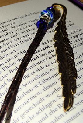 Ein Buchzeichen mit Flügel und schönen Beads. Ein Teil der Haare wurden geflochten, das Ende offen gelassen.