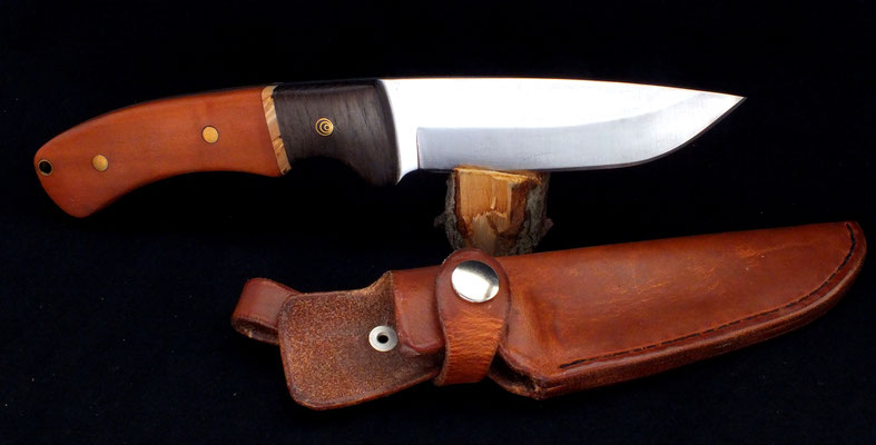 Großes Outdoor-Messer für den groben Einsatz, Stahl: Kohlenstoffstahl, Holz: Birne, karelische Maserbirke und Mooreiche, mit heißgewachster Lederscheide
