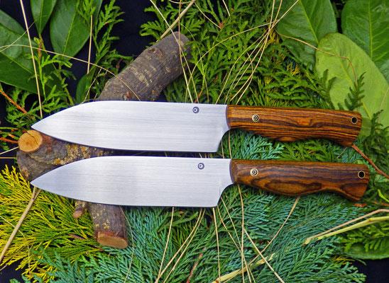 Zwei Gemüsemesser mit breiter Klinge. Stahl: Kugellagerstahl, Griffmaterial: Bocote