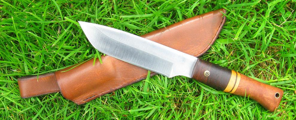 Großes Outdoor-Messer mit Lederscheide, Stahl: Kugellagerstahl, Holz: Mahagoni pommelé und verschiede Ebenhölzer