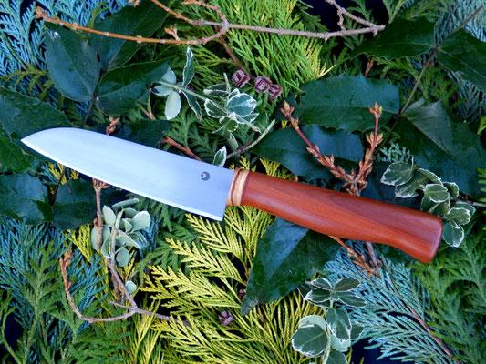 Universales Küchenmesser mit verstecktem Erl aus Kugellagerstahl mit einem Griff aus Pflaumenholz und einem Streifen Zebrano.