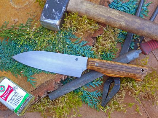 Ein Gemüsemesser mit breiter Klinge. Stahl: Kugellagerstahl, Griffmaterial: Bocote