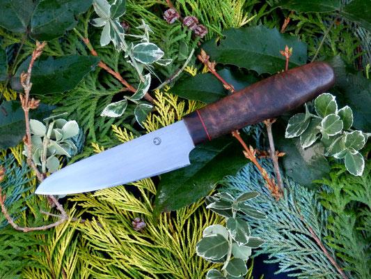 Kleines Küchenmesser aus Kugellagerstahl mit einem Griff aus Nussholz und einem schmalen Streifen Makassar Ebenholz.