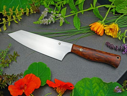 Ein großes Küchenmesser angelehnt an ein japanisches Kengata Messer. Griffmaterial: stabilisiertes Redwood-Maserholz vom kalifornischen Mammutbaum