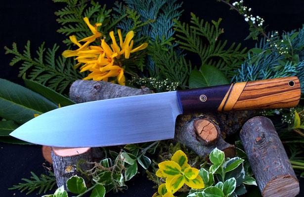 Großes Küchenmesser, ideal für allerlei Gemüse. Stahl: Kugellagerstahl, Griffmaterial: dunkles und helles Ebenholz, Zebrano