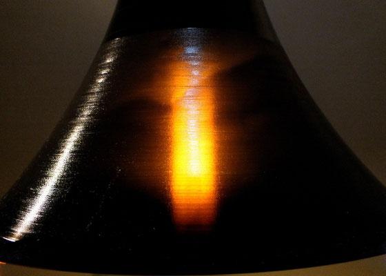 Energiesparlampe schimmert durch gedehnte Schallplatte
