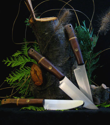 Drei schlanke Alltagsmesser für drei Generationen, darunter ein Kindermesser mit abgerundeter Spitze, Stahl: Kugellagerstahl, Griffmaterial: europäischer Nussbaum, Olive, amerikanische Schwarznuss